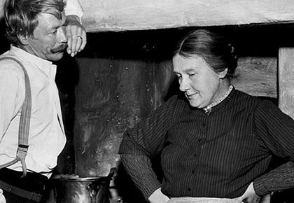 ©SCANPIX SWEDEN, 1965. Sif Ruud och  Allan Edwall i Hemsöborna. Carlsson med byxhängslen och änkan Flod vid köksspisen. Foto: SCANPIX  Code: 20360